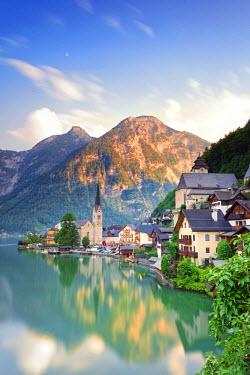 AUT0325AW Austria, Osterreich. Upper Austria, Oberosterreich. Hallstattersee lake. Hallstatt.