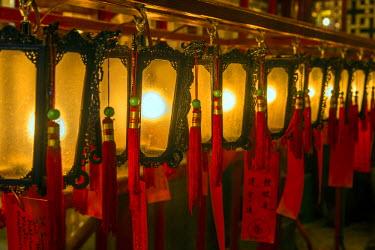 CH10151AW Chinese lanterns hanging inside Man Mo Temple at Hollywood Road, Hong Kong, China