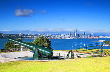 NZ8994AW Disappearing gun and Auckland skyline, North Head Historic Reserve, Devonport, Auckland, North Island, New Zealand