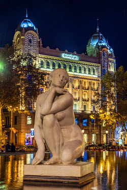 SPA5184AW Night view of La Diosa marble sculpture, Plaza Catalunya, Barcelona, Catalonia, Spain