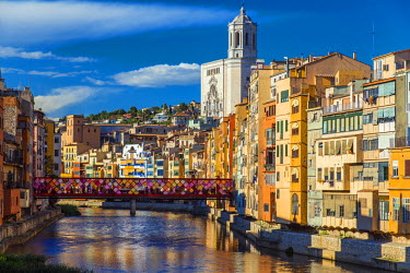 SPA5212AW Colorful buildings along the banks of River Onyar in Girona, Catalonia, Spain
