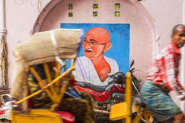 IN04300 Cycle rickshaw & Gandhi mural, Chennai, (Madras), India