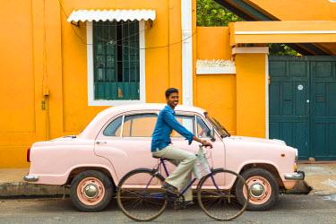 IN04319 Male cyclist and Ambassador car, Pondicherry (Puducherry), Tamil Nadu, India