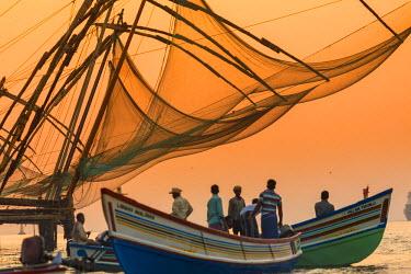 IN04355 Chinese Fishing Nets, Cochin, Kerala, India