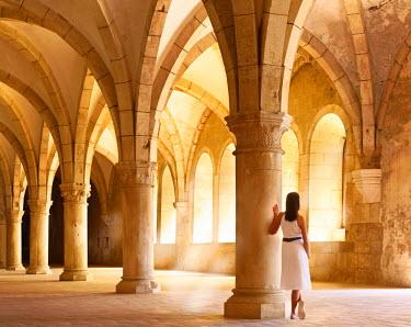 POR7529AW Portugal, Estremadura, Alcobaca, Santa Maria de Alcobaca Monastery, leaning on column in former dormitory (UNESCO World Heritage) (MR)