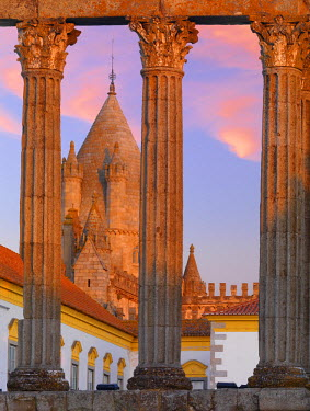 POR7576AW Portugal, Alentejo, Evora Roman temple of Diana and Se Cathedral at dusk