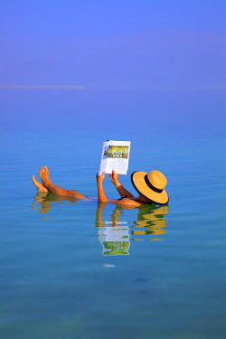 IS30260 Floating In The Dead Sea (lowest place on Earth), Ein Bokek, Israel, Middle East (MR)