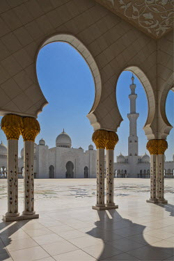 UAE0178 Internal view of the arcade of the Sheikh Zayed Mosque, Al Maqta district of Abu Dhabi, Abu Dhabi, United Arab Emirates.