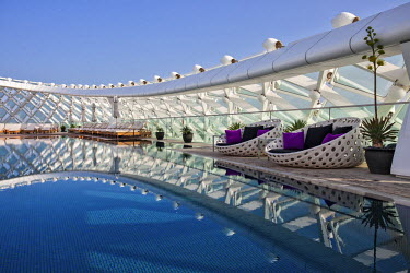 UAE0219 Grid shell, seat and swimming pool detail of the Yas Viceroy Abu Dhabi Hotel designed by the architects Asymptote Architecture in Yas West, Abu Dhabi, United Arab Emirates.