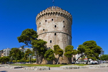 Greece, Macedonia, Thessaloniki, the seaside promenade Leoforos Nikis and the White Tower, the remains of the Venetian fortifications of the 15th century, used as a prison by the Ottomans, today the s...
