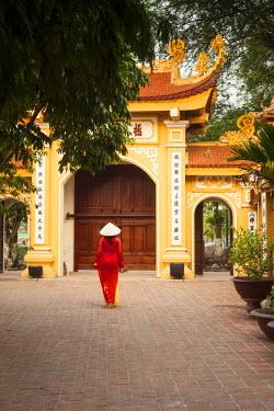 VM030RF Girl wearing Ao Dai dress, Tran Quoc Pagoda, West Lake (Ho Tay), Hanoi, Vietnam (MR)