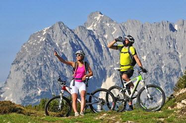 GER8115AW Mountain biker, Eggenalm, Reit im Winkl, Bavaria, Germany (MR)
