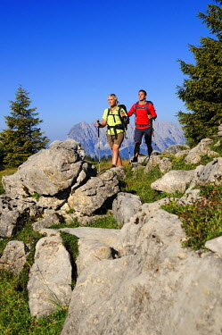 GER8159AW Hiking couple, Wilder Kaiser, Reit im Winkl, Chiemgau, Bavaria, Germany (MR)