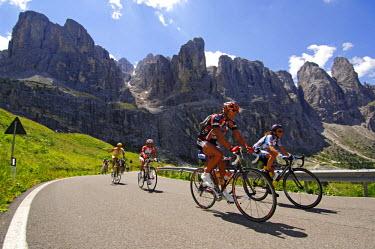 ITA2872AW Road biking, Groedner Joch, Sella Ronda, Groeden, South Tyrol, Italy (MR)