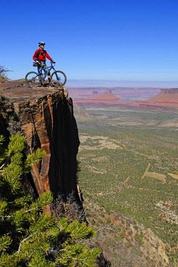 USA9208AW Mountain biker, Porcupine Rim Trail, Castle Valley, Moab, Utah, USA, (MR)