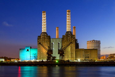 FVG003207 United Kingdom, UK , London, Battersea power station illuminated by colored light at dusk