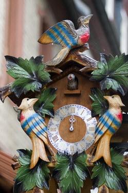 HMS0630391 Germany, Hesse, Rudesheim am Rhein, cuckoo clock in Drosselgasse