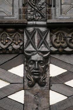 HMS0630396 Germany, Hesse, Rudesheim am Rhein, Drosselgasse, devil's sculptured head