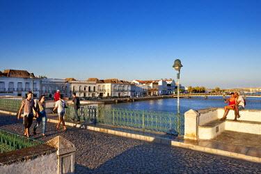 POR7689AW Roman bridge across Rio Gilao, Ponte Romana, Tavira, Algarve, Portugal