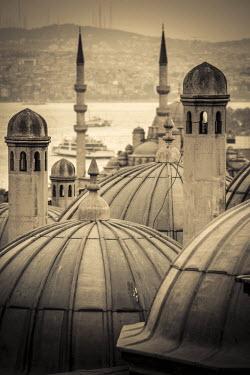 TK01640 Turkey, Istanbul, Sultanahmet , domes of the Suleymaniye Mosque (Suleymaniye Camii) complex with New Mosque (Yeni Camii) beyond