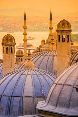 TK01641 Turkey, Istanbul, Sultanahmet , domes of the Suleymaniye Mosque (Suleymaniye Camii) complex with New Mosque (Yeni Camii) beyond