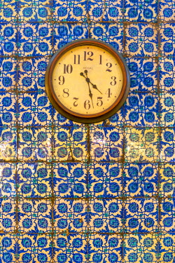 TK01643 Turkey, Istanbul, New Mosque (Yeni Camii), Clock on tiled wall