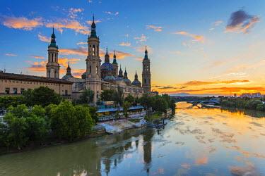 SPA5511AW Basilica de Nuestra Senora del Pilar church and Ebro river at sunset, Zaragoza, Aragon, Spain
