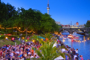 DE01460 People dancing by the Spee River, Berlin, Germany