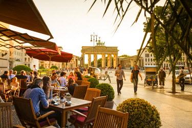 DE01451 Cafe on Unter den Linden & Brandenburg Gate, Berlin, Germany