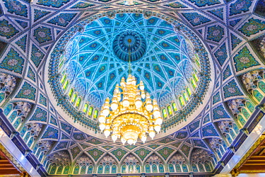 OMA2479AW Oman, Muscat. The world's largest Swarovski Cyrstal chandelier in the main prayer hall of the Sultan Qaboos Grand Mosque