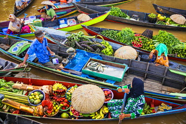IDA0403 Indonesia, South Kalimatan, Lok Baintan. A picturesque floating market scene on the Barito River.
