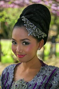 IDA0663 Indonesia, Java, Malang. A pretty Indonesian girl in her wedding attire.