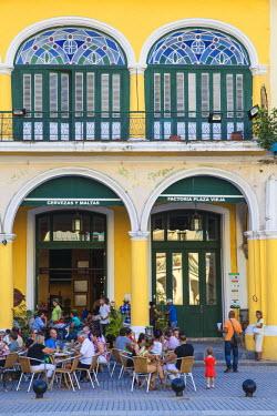 CB01524 Cuba, Havana, Havana Vieje, Plaza Vieja, People drinking outside Taberna de la Muralla