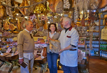 HMS0894262 Italy, Umbria, Norcia, shop selling local produce, hams, saussisses, dried fruits, dried beans, dried mushrooms
