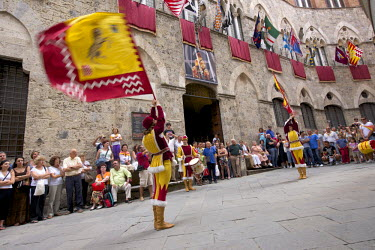 Italy, Tuscany, Sienna, historic centre (UNESCO World Heritage Site), Corteo Storico (historical procession) the day of the horse race in front of Palazzo Chigi-Saracini during the Palio