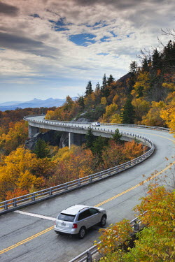 US19055 USA, North Carolina, Linville, Linn Cove Viaduct that goes around Grandfather Mountain on the Blue Ridge Parkway, autumn