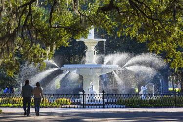 US38105 USA, Georgia, Savannah, fountain in Forsyth Park