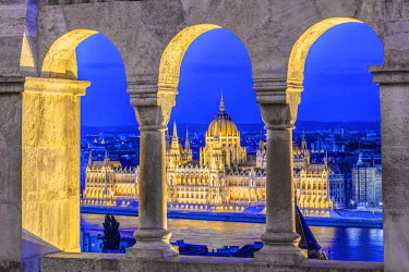 EU13RTI0000 Hungary, Budapest, Hungarian Parliament Building at Dusk from Fisherman's Bastion