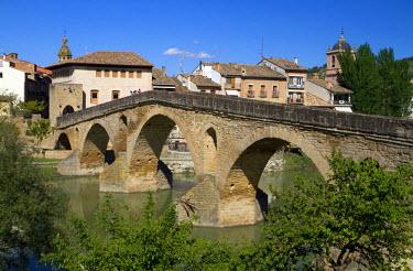 EU27DFR0434 Six-arched Roman bridge spanning the Arga River at Puente La Reina, Navarra, Spain.