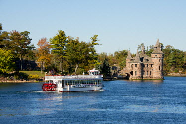 US33CMI0464 USA, New York, Alexandria. St. Lawrence Seaway, Thousand Islands. Sightseeing boat in front of historic Heart Island, Boldt Castle, c. 1900
