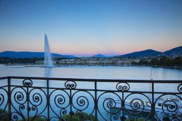 CH03697 Jet d'eau on Lake Geneva, Mont Blanc in the distance, Geneva, Switzerland