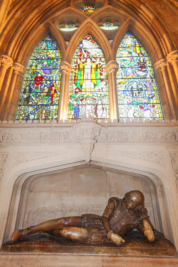 TPX44866 England, London, Southwark, Southwark Cathedral, Shakespeares Statue and Window