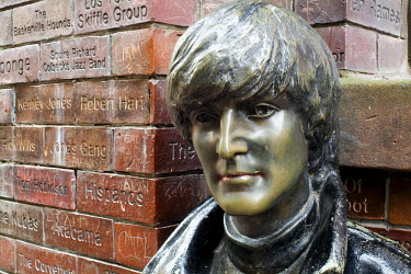 HMS0204354 United Kingdom, Liverpool, Mathew Street, in front of the Cavern Pub, John Lennon statue and the Wall of Fame