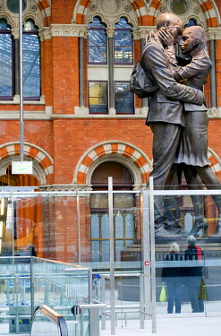 HMS0213939 United Kingdom, London, St Pancras International train station, sculpture by Brit ish artist Paul Day entitled The Meeting Place