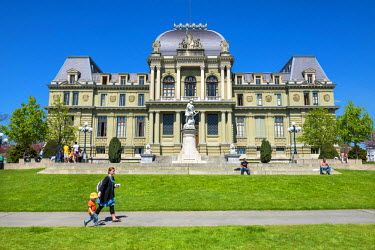 HMS1697673 Switzerland, Canton of Vaud, Lausanne, courthouse and statue of William Tell