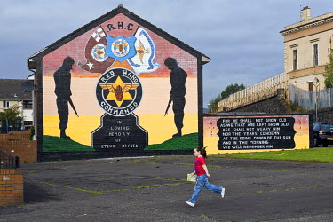 HMS0318653 United Kingdom, Northern Ireland, Belfast, protestant loyalist districts of Shankill and political wall painting, young girl running