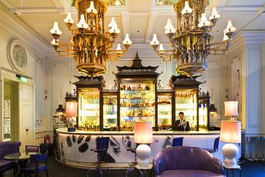 HMS0363905 United Kingdom, London, Regent Street, The Langham hotel opened in 1865 where Oscar Wilde, Mark Twain, Somerset Maugham, Conan Doyle amongst others used to go, Artesian bar
