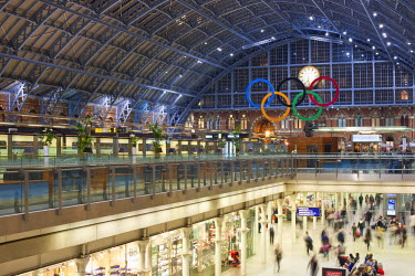 HMS0681231 United Kingdom, London, King's Cross, St. Pancras International Station, the new Eurostar Station, hall Barlow and the shopping area The Arcade and the Olympic Rings, in prevision of the Summer 2012 L...