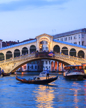 ITA3091AW Italy, Venice. Grand canal and Rialto bridge