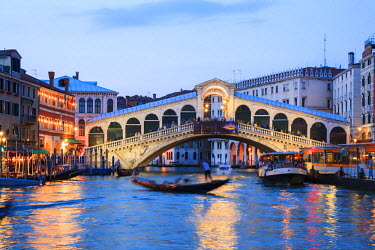 ITA3092AW Italy, Venice. Grand canal and Rialto bridge